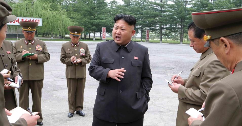 25.mai.2014 - O líder norte-coreano, Kim Jong-un (ao centro), dá orientações durante visita a uma fábrica de máquinas elétricas construída pelo regime comunista em Pyongyang