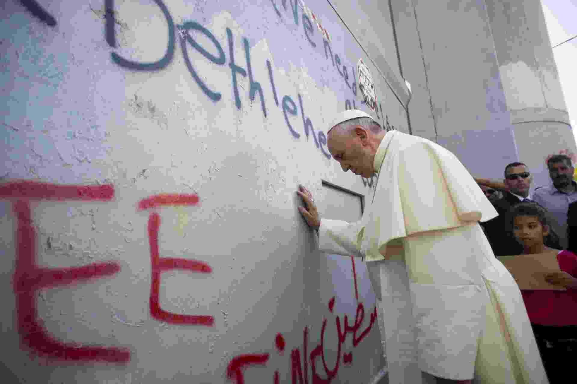 25.mai.2014 - O papa Francisco faz uma parada não prevista para rezar no muro de oito metros que separa Israel e Palestina em Belém - Osservatore Romano/AFP
