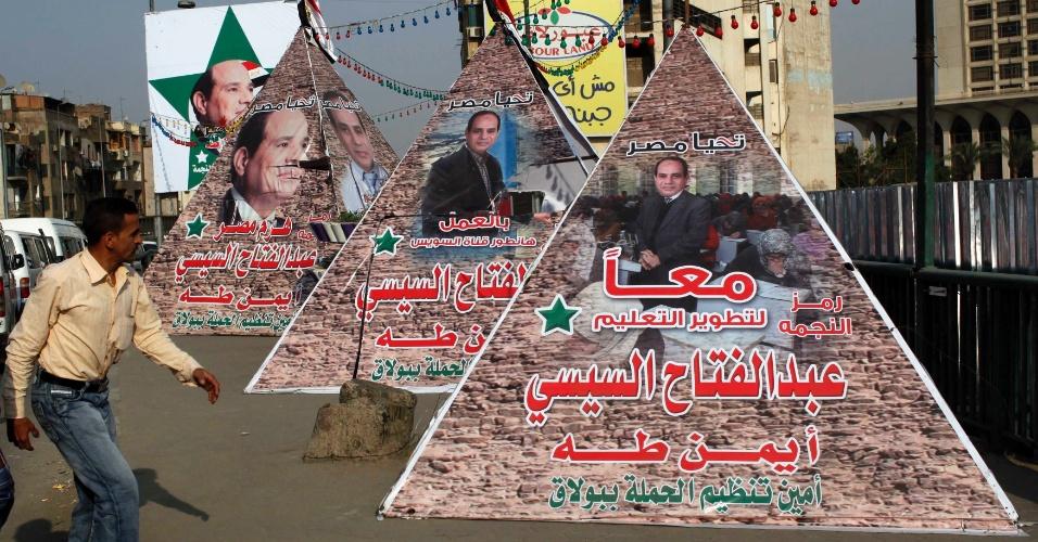 25.mai.2014 - Pedestre anda no Egito, em meio a cartazes de apoio ao ex-chefe do Exército egípcio Abdel Fattah al-Sisi, candidato a presidente