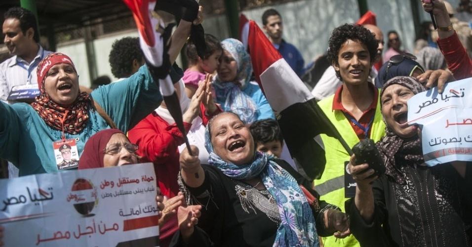 26.mai.2014 - Apoiadores do ex-chefe do exército e candidato à presidência do Egito Abdel Fattah al-Sisi celebram após votarem durante eleições, no Cairo. Todas as pesquisas apontam Sisi, que derrubou e prendeu o ex-presidente islamita Mohamed Mursi, como vencedor absoluto