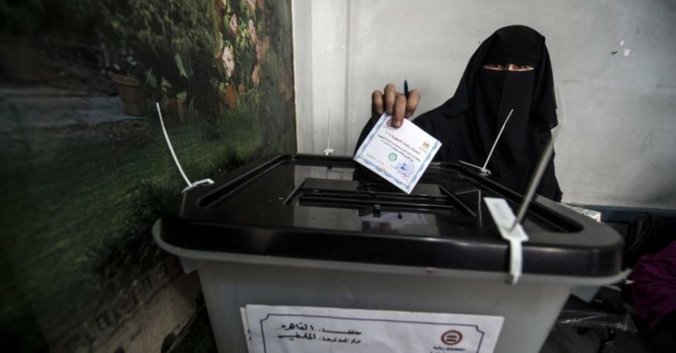 26.mai.2014 - Egípcia vota para escolha do novo presidente em sessão eleitoral no Cairo. As eleições no Egito ocorrem quase um ano depois de os militares derrubarem do poder Mohamed Morsi, líder da Irmandade Muçulmana e primeiro presidente democraticamente eleito no país. Favorito no atual pleito presidencial, Abdel Fatah al-Sisi, ex-chefe do Exército, foi quem anunciou, no dia 3 de julho de 2013, a deposição de Morsi, eleito em junho de 2012