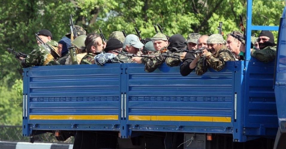 26.mai.2014 - Militantes pró-Rússia armados com rifles e lançadores de mísseis tomam posição durante combate contra tropas ucranianas nas imediações do aeroporto internacional de Donetsk. Rebeldes invadiram o aeroporto, provocando reação do governo do país, que lançou ataques aéreos