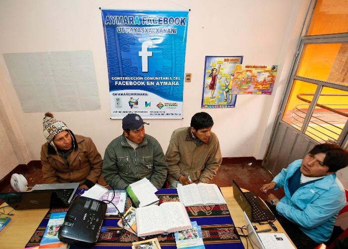 26.mai.2014 -  Voluntários bolivianos trabalham para traduzir o Facebook para o aymara, língua falada por mais de 1 milhão de pessoas no país, segundo a agência de notícias Reuters. Com esse trabalho de tradução, a língua deve ser disponibilizada em breve na maior rede social do mundo