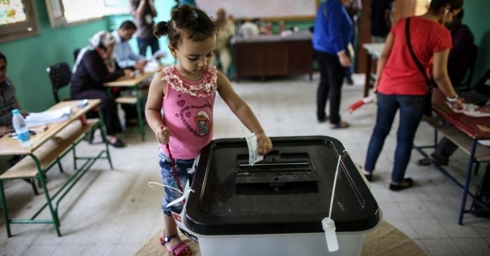 27.mai.2014 - 27.mai.2014 - Uma criança deposita cédula de voto em urna no segundo dia de eleição presidencial no país, nesta terça-feira (27). A Comissão Eleitoral Suprema decidiu estender até quarta-feira (28) o processo eleitoral para