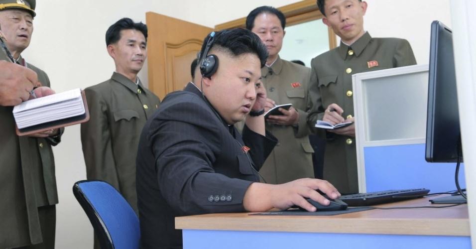 27.mai.2014 - Imagem liberada nesta terça-feira (27) pela agência oficial de notícias da Coreia do Norte mostra o ditador norte-coreano Kim Jong-Un inspecionando instalações de uma fábrica. A data da foto não foi divulgada