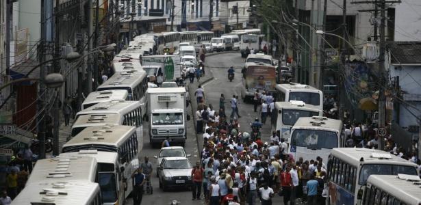 Motoristas de ônibus fazem greve nesta terça-feira (27) em Salvador