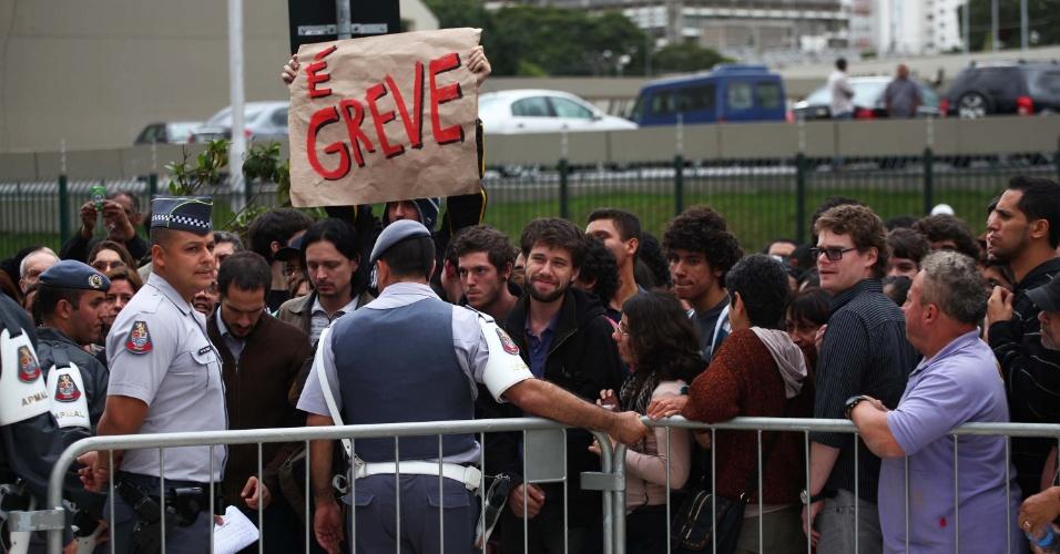 27.mai.2014 - Professores, funcionários e estudantes da USP, Unesp e Unicamp protestam em frente à Assembleia Legislativa de São Paulo. Nesta terça, haverá uma audiência pública para discutir a crise financeira nas universidades estaduais de SP