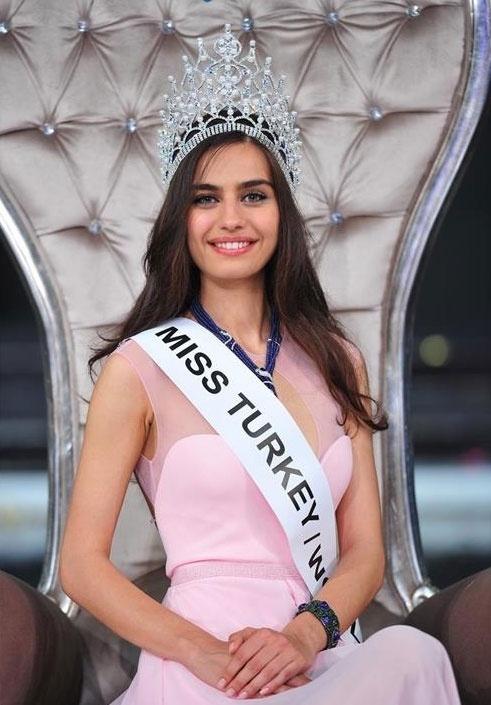 27.mai.2014 - Amine Gulse, 21, foi coroada Miss Turquia 2014. A final era para ter acontecido no dia 15 de maio, mas foi adiada devido a um acidente em uma mina de Soma que atraiu toda a atenção da mídia local. A bela vai representar o país no Miss Mundo. A segunda colocada, Dilan Cicek Deniz, 19, vai ser a representante turca no Miss Universo