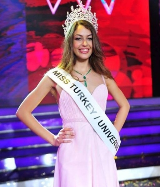 27.mai.2014 - Dilan Cicek Deniz, 19, foi eleita vice Miss Turquia 2014 e vai ser a representante de seu país no Miss Universo. A final era para ter acontecido no dia 15 de maio, mas foi adiada devido a um acidente em uma mina de Soma que atraiu toda a atenção da mídia local. Amine Gulse, 21, foi a primeira colocada e vai representar o país no Miss Mundo