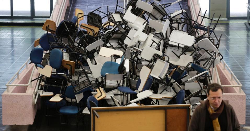 28.mai.2014 - Alunos amontoam cadeiras e carteiras nos corredores da faculdade de História e Geografia da USP (Universidade de São Paulo), na manhã desta quarta-feira (28). Uma greve de funcionários, professores e estudantes começou ontem (27)