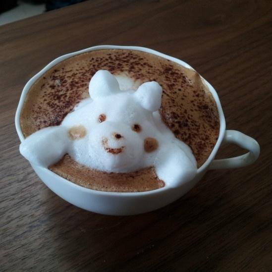28.mai.2014 - Com os avanços tecnológicos, as microespumas ficaram mais rígidas e mais permeáveis, possibilitando o desenvolvimento da arte em 3D. O artista Kazuki Yamamoto conta que cria o desenho no café com leite na frente dos clientes.