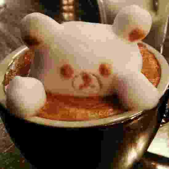 """28.mai.2014 - Kazuki Yamamoto ganhou destaque nas redes sociais do Japão após começar a divulgar suas obras de arte em espumas de café com leite. Aos 27 anos, o japonês é considerado um dos pioneiros nesse tipo de """"arte"""" em 3D. A maioria dos clientes de Yamamoto é do sexo feminino e ele diz que por isso animais são os campeões de pedidos, como este urso tomando um banho - Kazuki Yamamoto/Divulgação"""