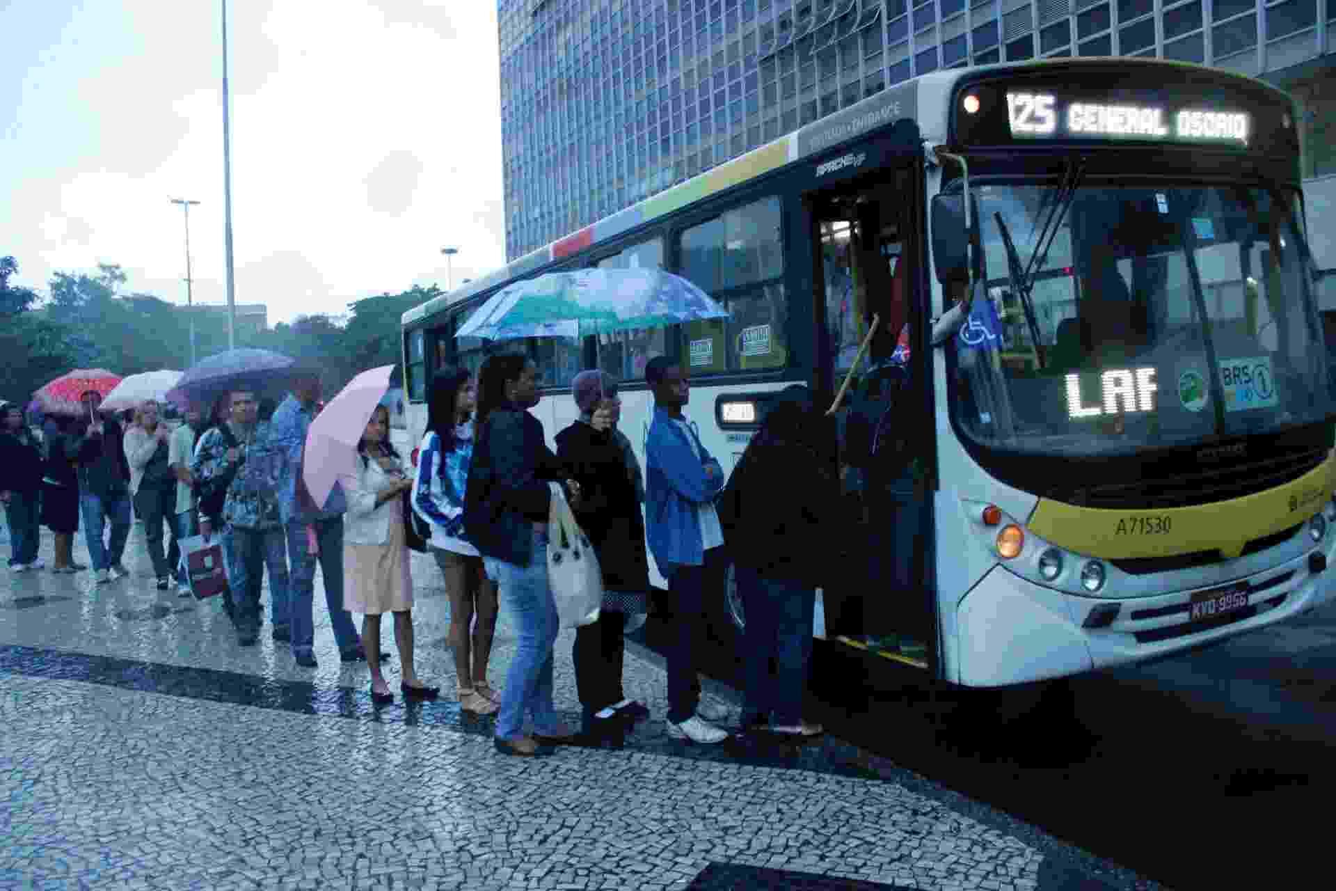 28.mai.2014 - Passageiros embarcam em ônibus na Central do Brasil, no Rio de Janeiro, na manhã desta quarta-feira. Há alguns ônibus circulando pelos pontos do Rio, embora sejam poucos, nesta manhã, durante paralisação de 24 horas dos rodoviários - José Lucena/ Futura Press/ Estadão Conteúdo