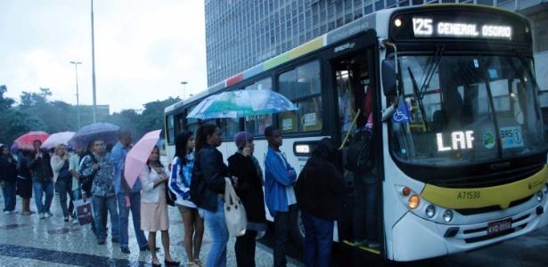 Passageiros embarcam em ônibus na Central do Brasil, no Rio de Janeiro