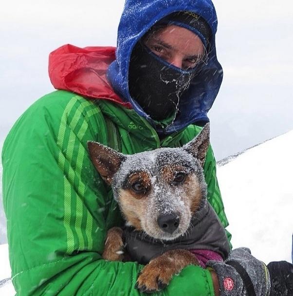 29.mai.2014 - Inseparáveis, o alpinista Dean Potter leva a cadela Whisper, de quatro anos de idade, para toda aventura que planeja. Faça chuva, sol ou neve!