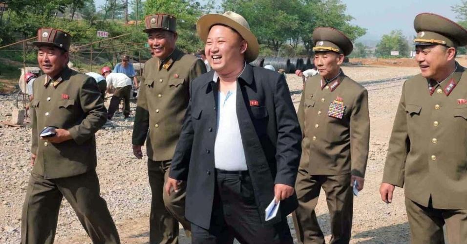 29.mai.2014 - O líder norte-coreano Kim Jong-Un inspeciona o local de construção de casas de repouso para cientistas na margem do lago Yonphung, ao sul de Pyongan em imagem sem data, divulgada nesta quarta-feira (29), pela agência oficial de notícias da Coreia do Norte