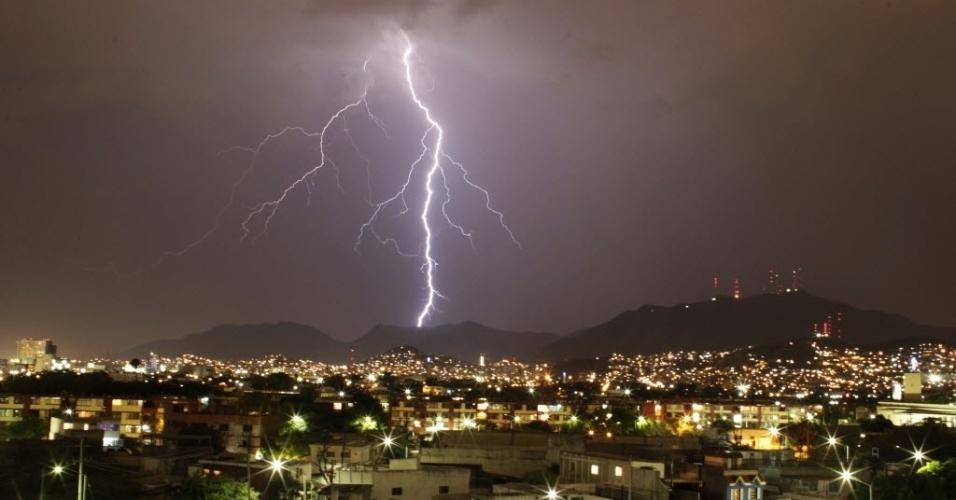29.mai.2014 - Raio ilumina o céu sobre a região central de Monterrey, no México, na noite desta quinta-feira (29)