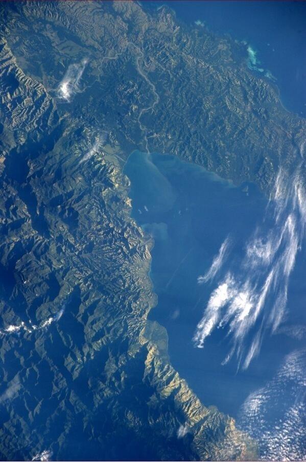 """2.jun.2014 - """"Boa noite da ISS. Beleza exuberante em Papua-Nova Guiné"""", postou o astronauta da Nasa Reid Wiseman, um dos tripulantes da Missão 40 da ISS (Estação Espacial Internacional), na sua conta de Twitter nesta segunda-feira (2). Ele integra a Missão 40 da ISS (Estação Espacial Internacional) e tem retratado o cotidiano da operação através da rede social"""