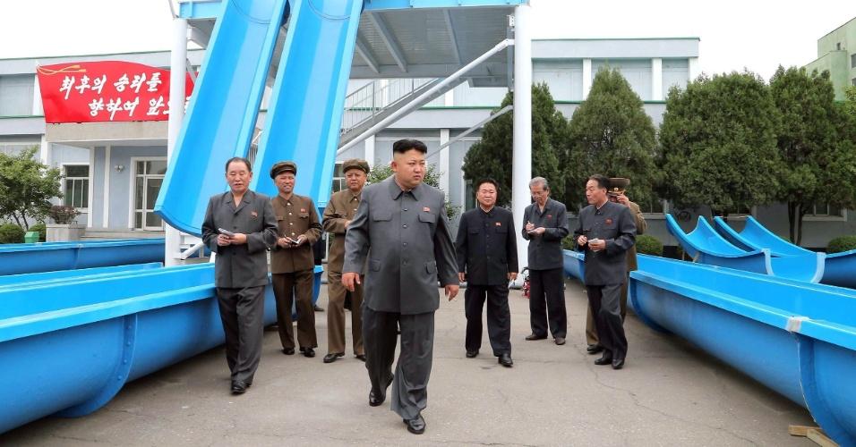 2.jun.2014 - Em foto divulgada nesta segunda-feira (2) pela agência de notícias oficial da Coreia do Norte, o ditador Kim Jong-un (centro) inspeciona tobogã em parque aquático em local não identificado