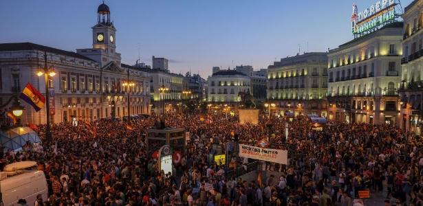 Manifestantes a favor da república se reúnem em Madri, após o anúncio de abdicação do rei Juan Carlos - Pedro Armestre/AFP