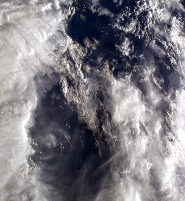 """2.jun.2014 - """"Nuvens cobrem dois belos atóis no (oceano) Pacífico. Quero visitá-los!"""", postou o astronauta da Nasa Reid Wiseman, um dos tripulantes da Missão 40 da ISS (Estação Espacial Internacional), na sua conta de Twitter nesse domingo (1º). Ele integra a Missão 40 da ISS (Estação Espacial Internacional) e tem retratado o cotidiano da operação através da rede social"""
