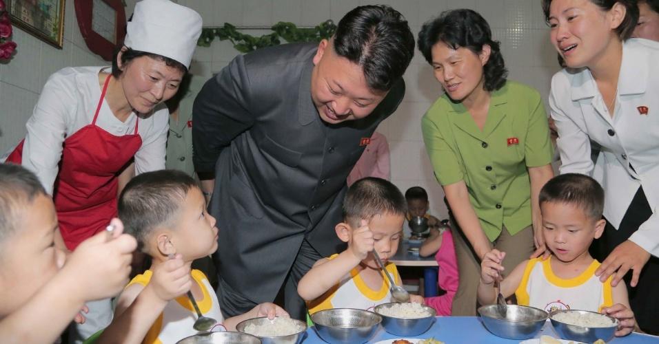 2.jun.2014 - O ditador norte-coreano Kim Jong-un visita um orfanato em Pyongyang como parte das celebrações do Dia Internacional das Crianças, comemorado na Coreia do Norte no dia 1º de junho