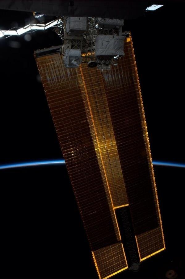 """2.jun.2014 - """"Painéis solares bloqueiam o sol. Nossa atmosfera brilha no horizonte"""", postou o astronauta da Nasa Reid Wiseman, um dos tripulantes da Missão 40 da ISS (Estação Espacial Internacional), na sua conta de Twitter nesta segunda-feira (2). Ele integra a Missão 40 da ISS (Estação Espacial Internacional) e tem retratado o cotidiano da operação através da rede social"""