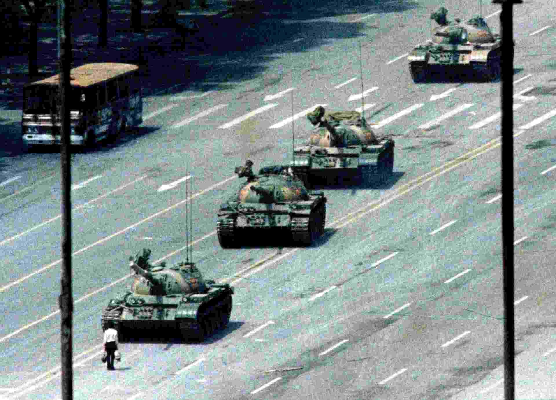 """5.jun.1989 - A imagem de um manifestante diante de uma coluna de tanques tornou-se ícone do massacre da Paz Celestial. A foto chamada de """"O Rebelde Desconhecido de Tiananmen"""" foi feita por Jeff Widener, concorreu ao Prêmio Pulitzer e ganhou diversos prêmios. O homem solitário, que jamais foi identificado, ganhou o apelido de """"tank man"""" (o homem do tanque). A revista """"Time"""" apontou o """"tank man"""" como uma das cem pessoas mais influentes do século 20 - 5.jun.1989 - Jeff Widener/Reuters"""