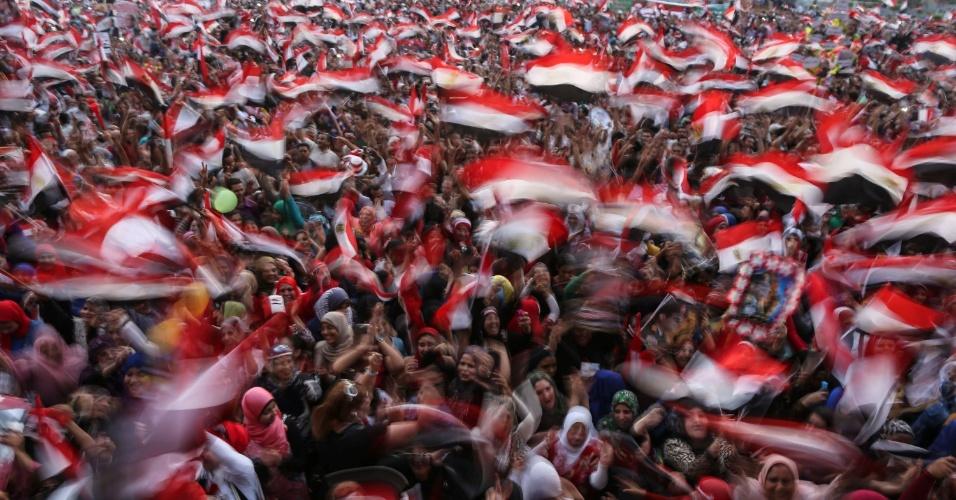 3.jun.2014 - Egípcios erguem bandeiras nacionais durante celebração da vitória do ex-chefe do Exército Abdel Fattah al-Sisi, que venceu as eleições presidenciais com 96,9% dos votos, na praça Tahrir, no Cairo, nesta terça-feira (3). O seu único rival, o líder da esquerda Hamdeen Sabbahi, recebeu apenas 3,09% dos votos. O governo interino instalado por Sisi eliminou da cena política o principal movimento de oposição, o grupo islamita Irmandade Muçulmana