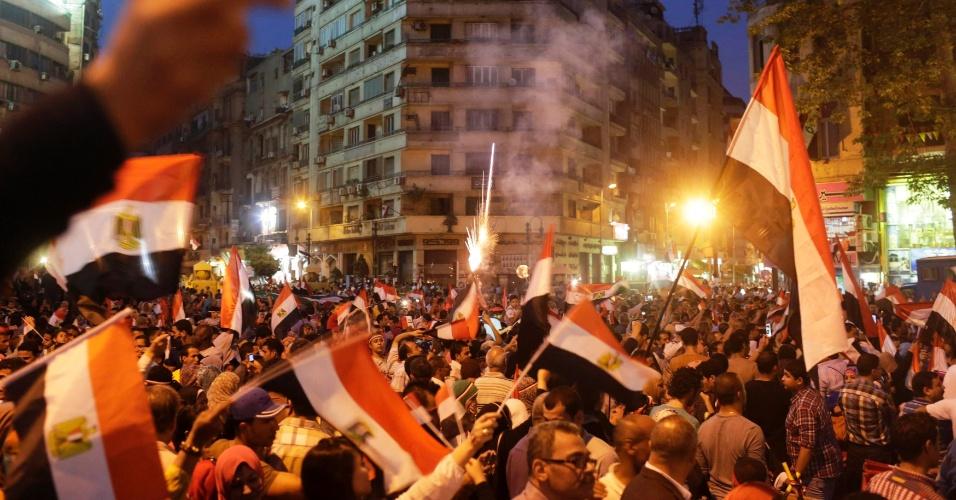 3.jun.2014 - Egípcios erguem bandeiras nacionais durante celebração da vitória do ex-chefe do Exército Abdel Fattah al-Sisi, que venceu as eleições presidenciais com 96,91% dos votos, na praça Tahrir, no Cairo, nesta terça-feira (3). O seu único rival, o líder da esquerda Hamdeen Sabbahi, recebeu apenas 3,09% dos votos. O governo interino instalado por Sisi eliminou da cena política o principal movimento de oposição, o grupo islamita Irmandade Muçulmana