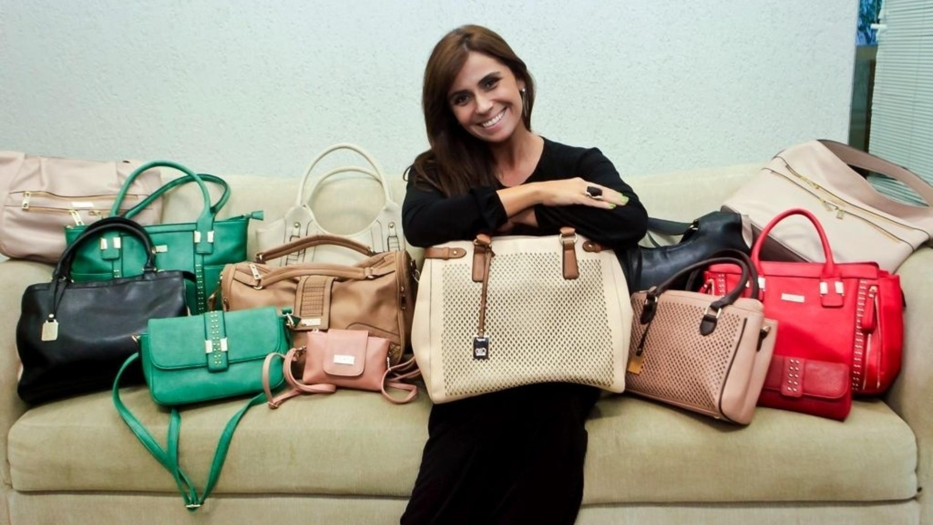 A atriz Giovanna Antonelli está lançando, em parceria com a Le Postiche, uma linha de bolsas com o seu nome