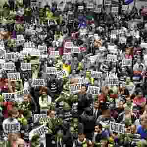 4.jun.2014 - Metroviários de São Paulo decidiram entrar em greve por tempo indeterminado a partir desta quinta-feira (5). A decisão foi tomada em assembleia realizada na quadra da sede do Sindicato dos Metroviários, no Tatuapé, zona leste da capital, na noite desta quarta-feira (4). A paralisação acontece a uma semana do início da Copa do Mundo - Chico A. Ferreira/Estadão Conteúdo