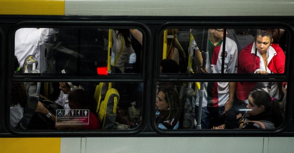 5.jun.2014 - Passageiros enfrentam ônibus lotado no Tatuapé, na zona leste de São Paulo, na noite desta quinta-feira (5), durante greve dos metroviários