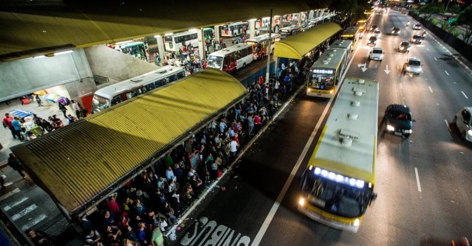 5.jun.2014 - Passageiros que desceram na estação Tatuapé, da CPTM, lotam terminal Tatuapé, na zona leste de São Paulo, na noite desta quinta-feira (5), durante greve dos metroviários