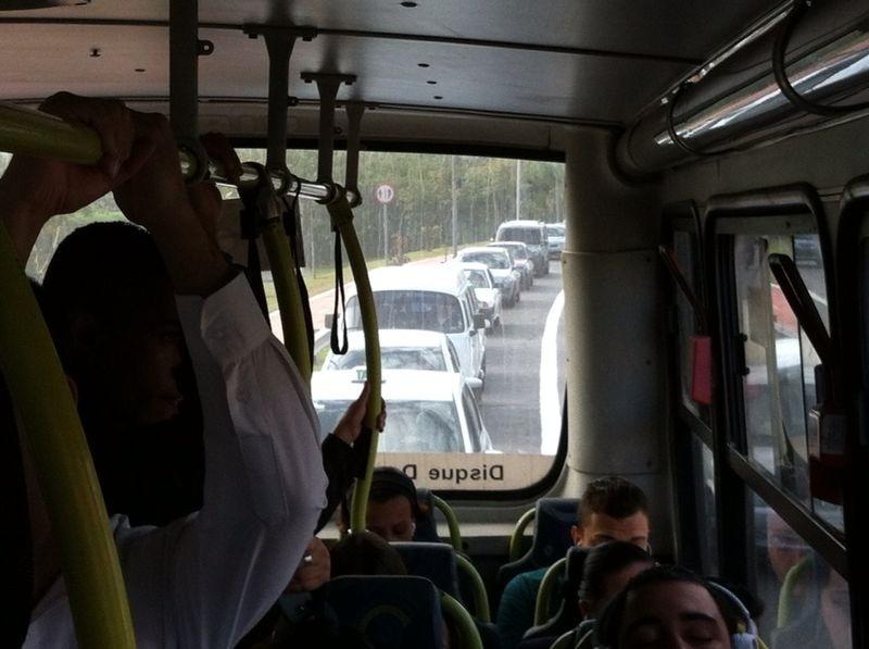 5.jun.2014 - Carros trafegam pela faixa exclusiva de ônibus na avenida Radial Leste, sentido centro, na manhã desta quinta-feira