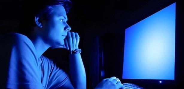 Estudos recentes comprovam que a manipulação de luz azul pode interferir na sensação de fome e no sono - Getty Images