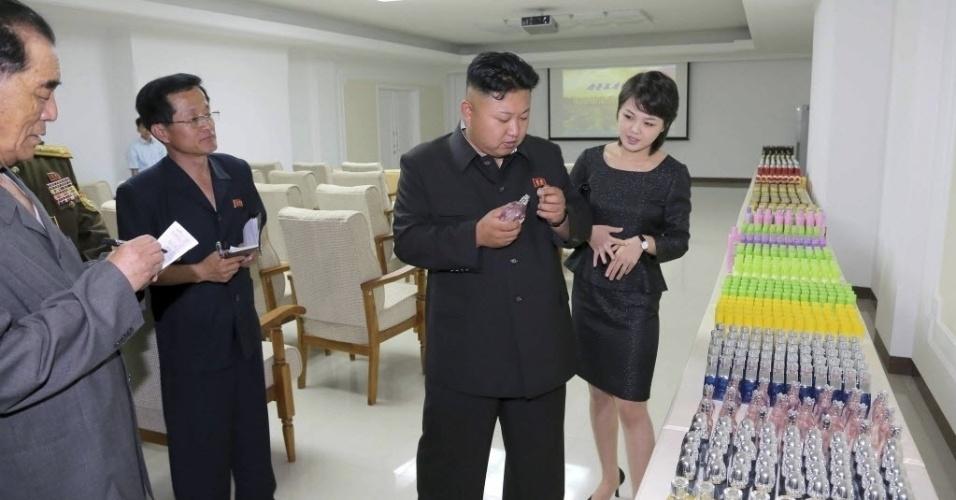 5.jun.2014 - O líder norte-coreano Kim Jong-un aparece visitando uma fábrica em Pyongyang, em foto sem data definida divulgada pela agência de notícias da Coreia do Norte (KCNA) nesta quinta-feira (5)