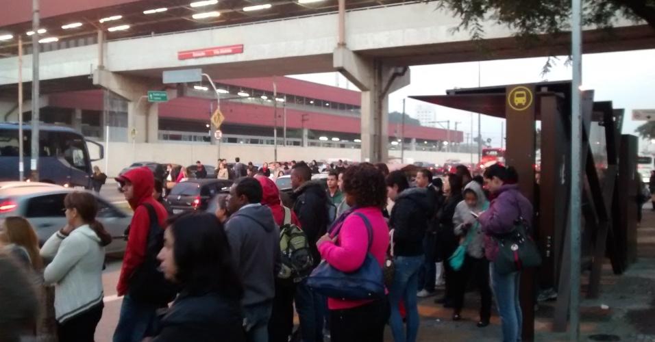 5.jun.2014 - Passageiros aguardam ônibus na avenida Radial Leste ao lado da estação Vila Matilde do Metrô