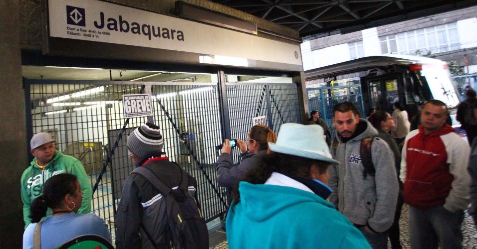 5.jun.2014 - Passageiros encontram a entrada da estação Jabaquara da Linha 1 - Azul fechada na manhã desta quinta-feira, durante paralisação de metroviários