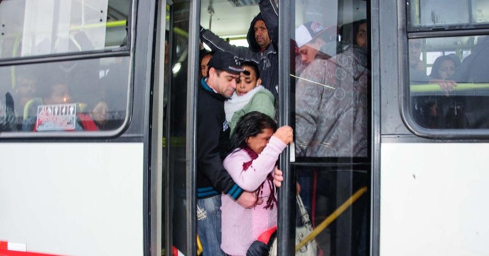 5.jun.2014 - Passageiros tentam embarcar em ônibus em um ponto próximo à estação Corinthians-Itaquera do metrô, na zona leste de São Paulo, nesta quinta-feira, durante a paralisação dos metroviários