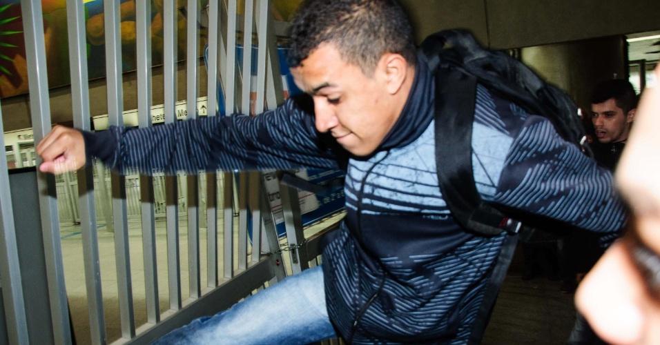5.jun.2014 - Usuário acerta chute em portão de entrada da estação Corinthians-Itaquera, fechada na manhã desta quinta-feira devido à paralisação dos metroviários em São Paulo