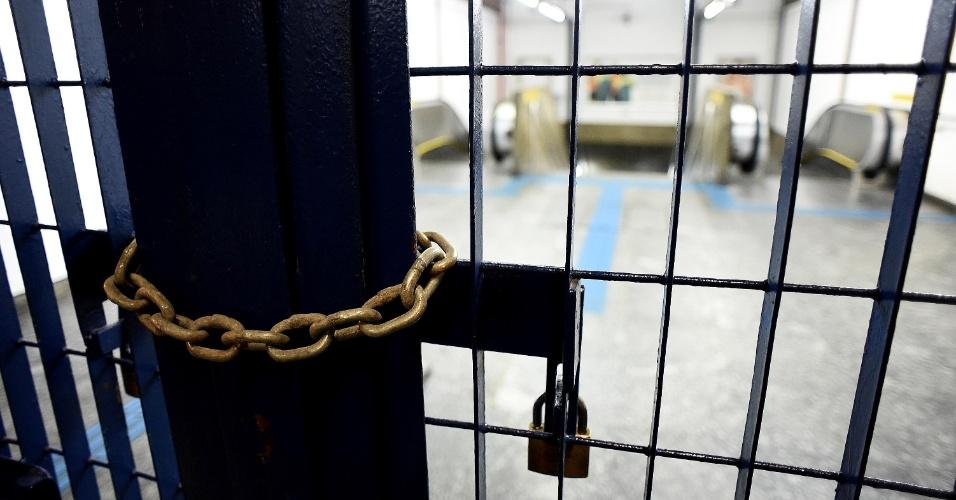 5.jun.2014 - Usuários do metrô chegam na estação Jabaquara da linha 1-azul, na zona sul, e encontraram as portas fechadas
