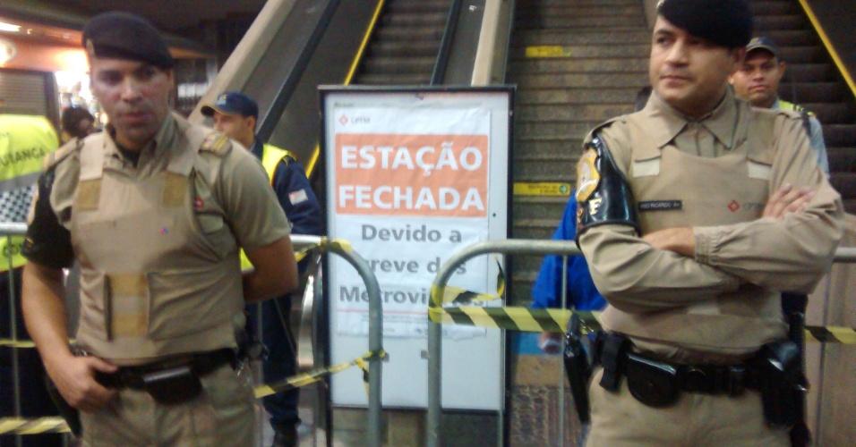 6.jun.2014 - A estação Corinthians-Itaquera do metrô amanhece fechada nesta sexta-feira e deverá ficar assim até o fim da greve dos metroviários de São Paulo. Os portões que levam a CPTM (Companhia Paulista de Trens Metropolitanos) foram abertos às 7h20 permitindo o acesso a linha 11 - Coral