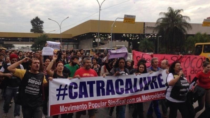 6.jun.2014 - Metroviários fazem ato na Radial Leste, nas imediações da estação Tatuapé, na zona leste da cidade de São Paulo, no fim da tarde desta sexta-feira (06). A categoria está paralisada desde essa quinta-feira (5)
