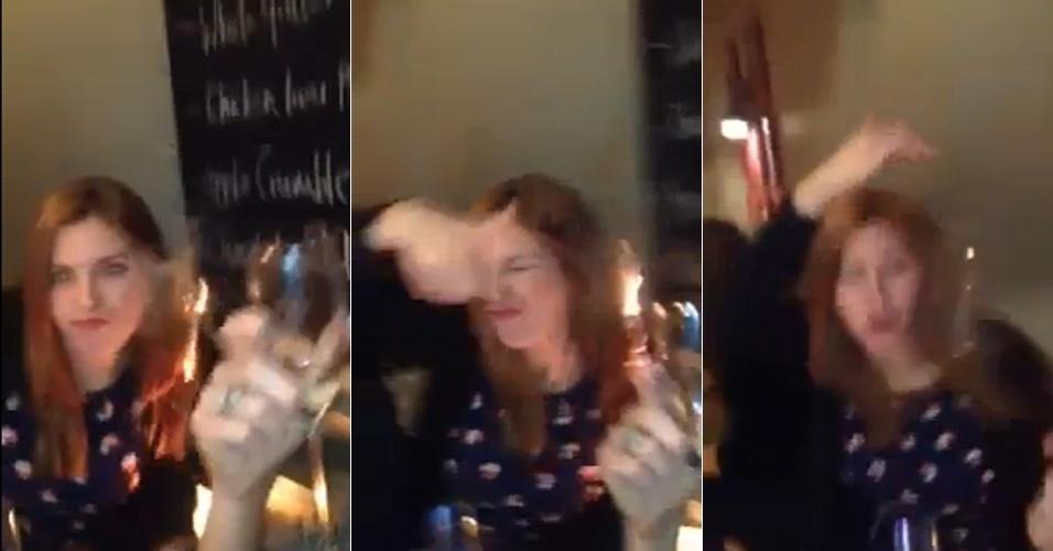 6.jun.2014 - O site ''Gizmodo'' publicou o vídeo em que o cabelo de uma mulher aparece pegando fogo, durante o registro de um selfie. Na filmagem, um homem fala com a câmera e tenta enquadrar suas amigas (o nome das pessoas não foi divulgado). Quando uma delas se inclina para aparecer, seu cabelo pega fogo - isso porque os fios encostaram em uma vela decorativa que estava sobre a mesa do restaurante. A mulher conseguiu apagar as chamas em poucos segundos. Para assistir ao vídeo, clique em MAIS