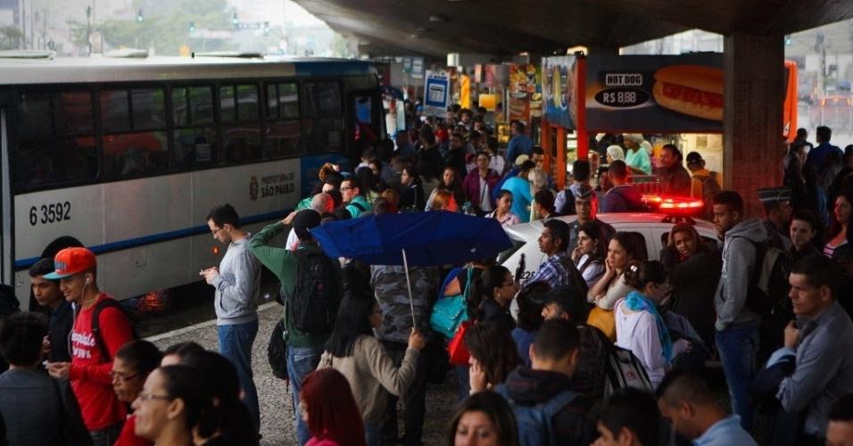 6.jun.2014 - Passageiros aguardam ônibus em frente a estação Ana Rosa, na linha 1-azul do metrô. A cidade bateu um novo recorde de congestionamento no trânsito para o período da manhã nesta sexta-feira (6), com 214 km de filas, às 9h. A lentidão normal para o horário (com o metrô funcionando) seria entre 74 km e 108 km