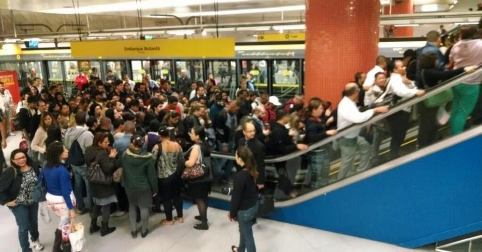 6.jun.2014 - Passageiros lotam a plataforma da estação Luz, na linha 4-Amarela, no fim da tarde desta sexta-feira (6), durante paralisação dos metroviários