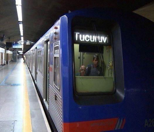 6.jun.2014 - A Polícia Militar publicou em seu Twitter uma foto em que um PM aparece ao lado de um maquinista dentro do metrô com a frase