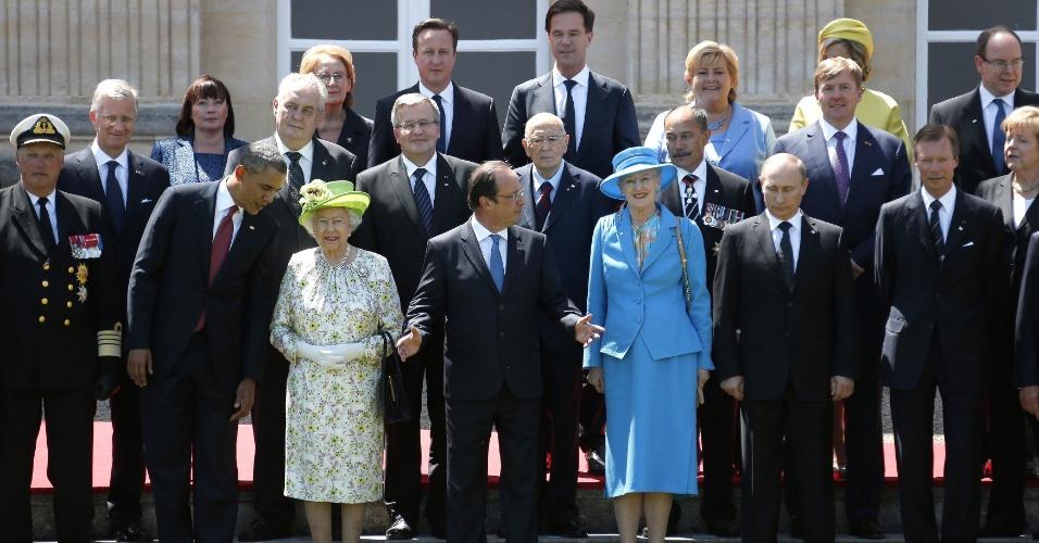 6.jun.2014 - Presidente dos EUA, Barack Obama, fala com a rainha Elizabeth 2ª durante foto oficial. Líderes mundiais e veteranos se reuniram para celebrar o desembarque na Normandia, comandado pelos Estados Unidos e seus aliados, que marcou o início da derrocada de Hitler e do avanço nazista na Europa. Onze meses depois, a Segunda Guerra Mundial chegou ao fim