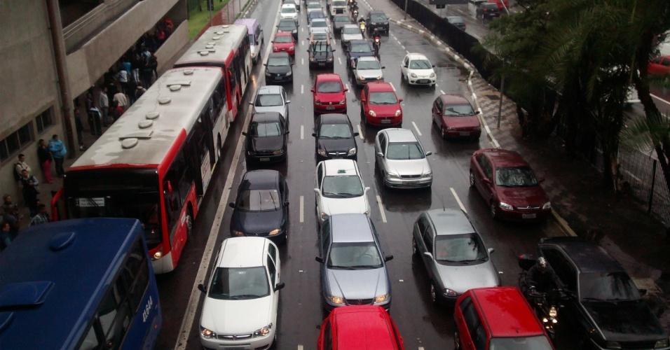 6.jun.2014 - Radial Leste, em São Paulo, permanece com trânsito intenso na manhã desta sexta-feira (6). No segundo dia de greve no metrô e com o rodízio suspenso, a cidade bateu um novo recorde de congestionamento no trânsito em 2014 para o período da manhã nesta sexta-feira (6), com 239 km de filas registrados às 10h, segundo a CET (Companhia de Engenharia de Tráfego)